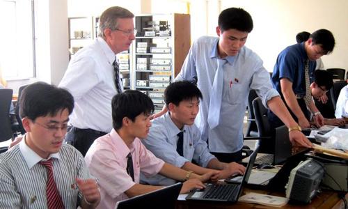 Các sinh viên tại Đại học Khoa học và Công nghệ Bình Nhưỡng được sử dụng máy tính kết nối internet để phục vụ học tập. Ảnh: Reuters.