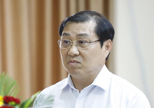 Ông Huỳnh Đức Thơ giải trình trước cử tri. Ảnh: Nguyễn Đông.
