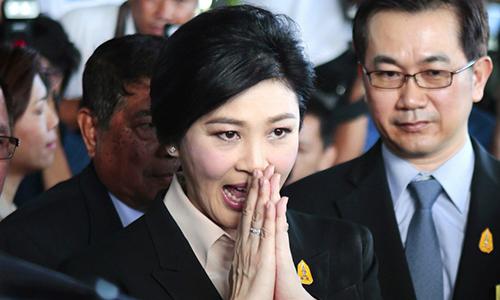 Bà Yingluck Shinawatra cảm ơn những người ủng hộ sau phiên xét xử đầu tiên với cáo buộc tác trách dẫn tới việc thất thoát hàng tỷ USD của chính phủ trong chương trình trợ giá lúa gạo. Ảnh: AP.