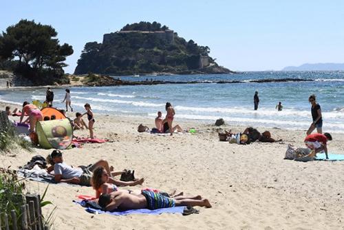 Tổng thống Pháp bị chỉ trích vì định xây bể bơi hơn 11.000 USD