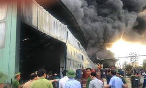 Xưởng nhựa thông ở Quảng Ninh cháy suốt ba tiếng