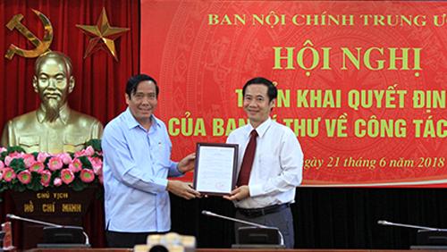 Ông Nguyễn Thái Học (trái) nhận quyết định bổ nhiệm làm Phó Ban Nội chính Trung ương - Ảnh: Noichinh.vn