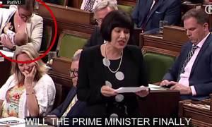Bộ trưởng Canada cho con bú trước nghị viện