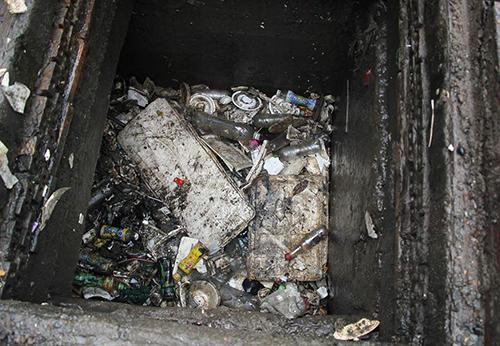 Thùng xốp và nhiêu chai nhựa, bao nylon lấp miệng cống khiến nước không về đến máy bơm. Ảnh: Duy Trần.
