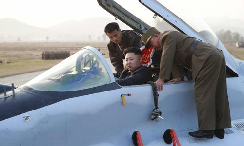Lãnh đạo Triều Tiên Kim Jong-un ngồi trong một chiếc máy bay khi tới khảo sát lực lượng không quân vào năm 2014. Ảnh: Reuters.