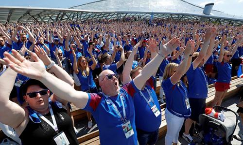 Cổ động viên Iceland thực hiện màn vỗ tay sấm rền tại công viên Zaryadye, thủ đô Moskva, Nga hôm 16/6. Ảnh: Reuters.