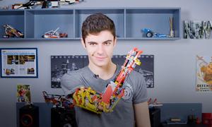 Thích chơi Lego, nam sinh khuyết tật tự lắp ráp cánh tay giả