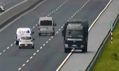 Chạy ngược chiều cao tốc gần 10km, tài xế xe tải bị tước bằng 5 tháng