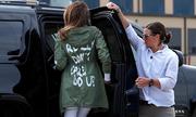 Melania mặc áo gây tranh cãi khi thăm trẻ nhập cư