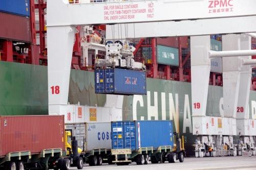 Hàng hoá Trung Quốc chờ nhập cảnh tại California, Mỹ, hồi tháng 4 năm nay. Ảnh: Reuters.