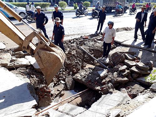 Hố rộng hơn chục mét, sâu 2 mét xuất hiện trên vỉa hè ở Nha Trang. Ảnh: An Phước