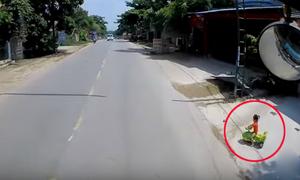 Tài xế ôtô hú vía với bé gái chạy ra đường