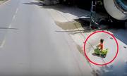 Tài xế ôtô hú vía vì bé gái chạy ra đường