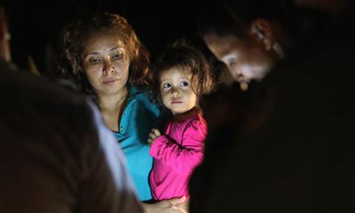 Sandra đã bế Yanela tìm đường sang Mỹ bất chấp sự can ngăn của gia đình. Ảnh: John Moore