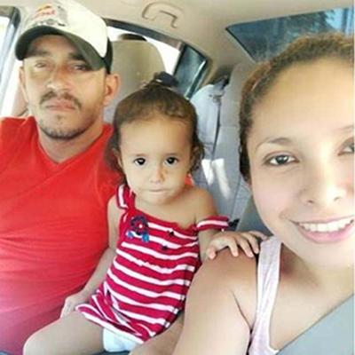 Vợ chồng Hernandez cùng con gái út Yanela khi còn ở Honduras. Ảnh: Facebook