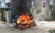 Ôtô cháy rụi sau khi lùi qua đống lửa