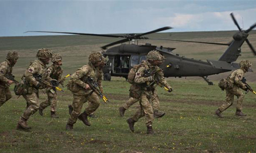 Quân đội Anh trong một cuộc tập trận của NATO vào tháng 4/2015 tại Romania. Ảnh: AFP.
