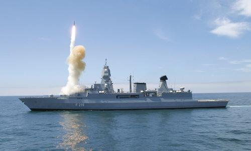 Tàu Sachsen phóng tên lửa SM-2 trong một cuộc tập trận năm 2010. Ảnh: Wikipedia.