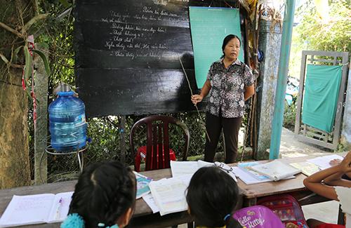 Cô Nguyễn Thị Thanh 25 năm mở lớp tại nhà dạy học miễn phí cho trẻ nghèo. Ảnh: Đắc Thành.