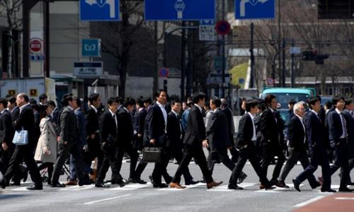 Người Nhật trên đường đến công sở. Ảnh: AFP.