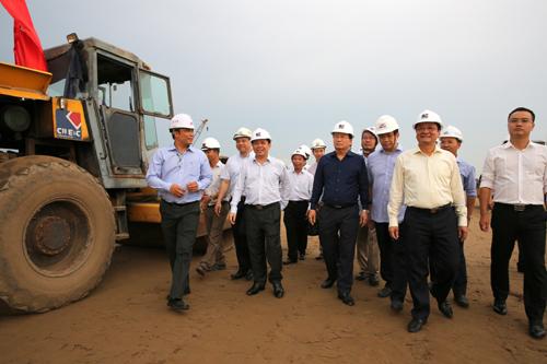 Phó thủ tướng Trịnh Đình Dũng (giữa)kiểm tra công trường xây dựng tuyến cao tốc Trung Lương-Mỹ Thuận. Ảnh: VGP/Xuân Tuyến