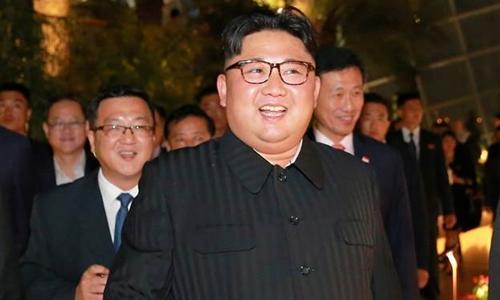 Lãnh đạo Triều Tiên Kim Jong-un tham quan các thắng cảnh của Singapore trong tối 11/6. Ảnh: KCNA.