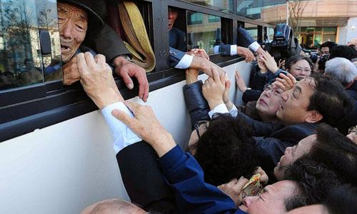 Các thành viên gia đìnhTriều Tiên và Hàn Quốc từ biệt nhau sau cuộc hội ngộ ngắn ngày 1/11/2010 ở núi Geumgang, Triều Tiên. Ảnh: AP.