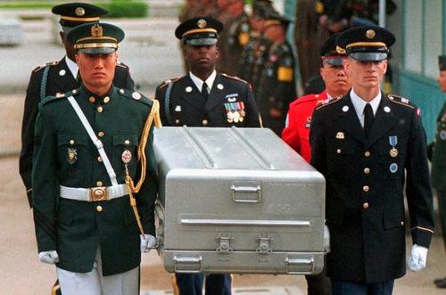 Quan tài chứa hài cốt lính Mỹ tử trận được đưa về Hàn Quốc năm 1999. Ảnh: AFP.