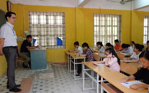 Theo quy định, mỗi phòng thi THPT quốc gia có 2 giám thị, một người của Sở Giáo dục địa phương, một là cán bộ, giảng viên trường đại học. Ảnh thí sinh tham dự kỳ thi THPT quốc gia 2017: Quỳnh Trang.