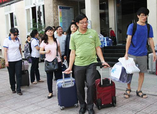 Giảng viên Đại học Kinh tế TP HCM di chuyển lên xe về Bình Phước coi thi. Ảnh: Mạnh Tùng.