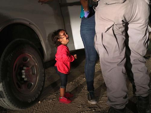 Bức ảnh chụp cô bé Yanela khóc nức nở khi mẹ bị khám xét ở biên giới Mỹ hôm 12/6 gây bão mạng. Ảnh: John Moore