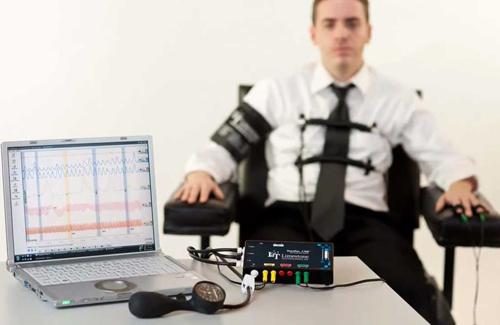Máy phát hiện nói đo các chỉ sổ của người kiểm tra.