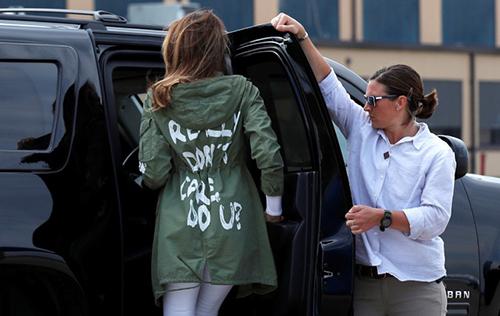 Đệ nhất phu nhân Mỹ Melania Trump ngày 21/6 mặc chiếc áo khoác in hàng chữ Tôi thực sự không quan tâm, còn bạn? khi khởi hành chuyến đi đến bang Texas để thăm một cơ sở tị nạn dành cho trẻ em nhập cư bị chia cắt khỏi cha mẹ. Ảnh: Reuters.
