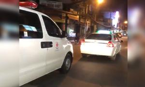 Taxi cố chặn đầu không cho xe cứu thương vượt
