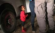 Mẹ bé gái nhập cư chi 6.000 USD cho kẻ buôn người để đến Mỹ