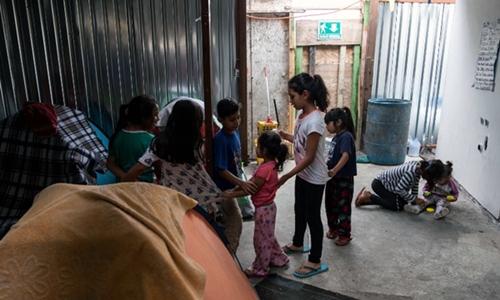 Trẻ em nhập cư từ Mexico và trung Mỹ tại một nhà tình thương ở Tijuana ngày 20/6. Ảnh: AFP.