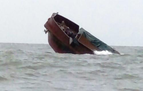 Tàu Quế Bắc chìm nghỉm trên vùng biển Móng Cái. Ảnh: CTV