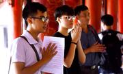 Sĩ tử đến Văn Miếu cầu may trước ngày thi THPT quốc gia