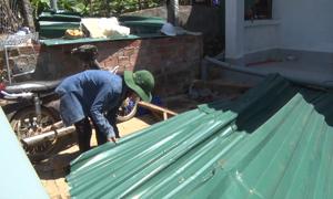 Hơn 100 ngôi nhà hư hỏng sau cơn lốc xoáy ở Quảng Ngãi