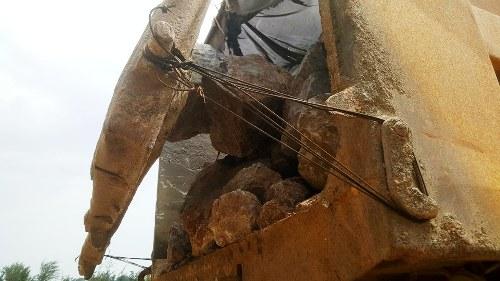 Chở đá hộc có nắm đậy cũng như không, chiếc xe tải biển 15 Hải Phòng, gắn phù hiệu Hoàng Trường đang bị công an huyện Cát Hải tạm giữ phục vụ điều tra liên quan đến vụ đá trút xuống mặt cầu TaanVux- Cát Hải gây trấn thương cho nam thanh niên.
