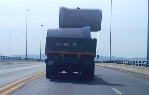 Chiếc xe cẩu bán tải biển 15 Hải Phòng đang làm xiếc với chiếc ống cống bê tông đúc sẵn không hề được chằng buộc, trực chờ rơi xuống cầu vượt biển Tân Vũ- Cát Hải.
