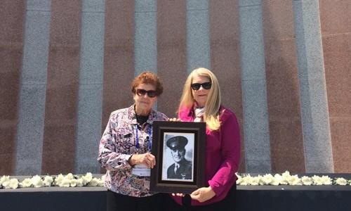 Ruth Hebert và mẹ bên bức chân dung ông Karle Seydel, Ảnh: CNN.