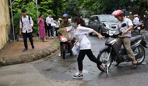 Một nữ sinh vội vã vào điểm thi THPT Hàm Rồng (TP Thanh Hoá) vì chậm giờ. Ảnh: Lê Hoàng.