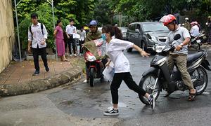 Mưa nặng hạt, nhiều thí sinh Thanh Hóa đến trường thi muộn