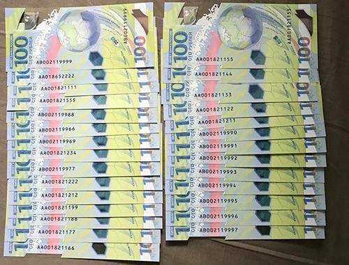 Loạt tiền 100 rúp màu xanh có số seri đẹp được nhiều người săn lùng. Ảnh: Nhân vật cung cấp