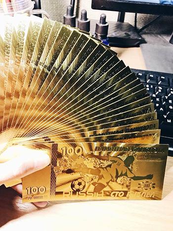Việt đang bán cả hai loại tiền 100 rúp màu xanh và vàng như hình. Ảnh: Nhân vật cung cấp