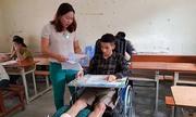 Hai thí sinh bị gãy chân, nẹp cổ vẫn làm bài thi