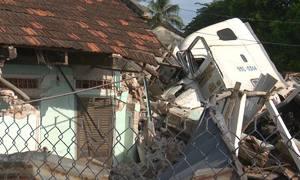 Xe container tông sập nhà dân, ba người bị thương