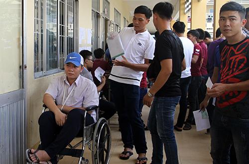 Các bạn khiên Nhân cùng xe lăn lên phòng thi trên lầu tại điểm Trường THCS Lương Thế Vinh, quận Ninh Kiều, TP Cần Thơ. Ảnh: Cửu Long