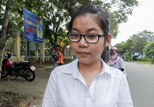Thí sinh Trang chia sẻ sau khi kết thúc bài thi môn Văn. Ảnh: N.Đ.